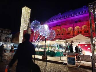 Piazza della Frutta e il Palazzo della Ragione illuminati per il Natale, a Padova, 21 novembre 2020.   ANSA / Michele Galvan
