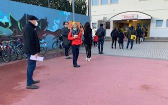 E' enorme l'afflusso dei bolzanini per lo screening di massa, iniziato alle ore 8, 20 novembre 2020. In molte parti della citt‡ davanti ai presidi, in quasi tutti i casi i tradizionali seggi elettorali, si sono formate lunghe code. Fino a domenica gli altoatesini sono invitati a sottoporsi a titolo volontario e gratuito al tampone rapido. A Bolzano, secondo le vie e il numero civico, sono state assegnate delle 'finestre temporali', per partecipare.ANSA/ G.NEWS