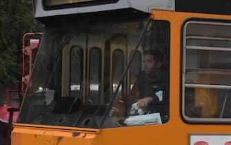 Un tram con la scritta fuori servizio percorre una strada del centro, Milano, 23 ottobre 2020.La sigla Cub ha indetto uno sciopero generale per tutta la giornata di venerdì 23 ottobre, coinvolgendo il settore dei trasporti pubblico e privato. ANSA/DANIEL DAL ZENNARO