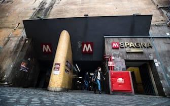 La fermata della metro A piazza di Spagna durante lÕemergenza della pandemia per il Covid-19 Coronavirus, Roma, 14 novembre 2020. ANSA/ANGELO CARCONI