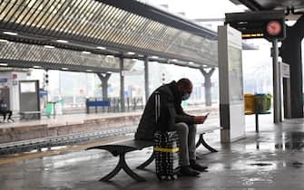Una persona attende l'arrivo di un treno regionale a una pensilina della stazione di Milano Rogoredo, Milano, 23 ottobre 2020.La sigla Cub ha indetto uno sciopero generale per tutta la giornata di venerdì 23 ottobre, coinvolgendo il settore dei trasporti pubblico e privato. A Milano,la possibile assenza di corse di superficie è prevista dalle 8,45 alle 15 e dalle 18 al termine del servizio.Per il personale di metropolitana l'agitazione è prevista dalle ore 18.00 al termine del servizio. ANSA/DANIEL DAL ZENNARO