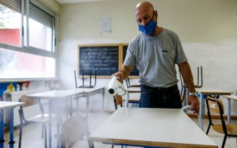 Foto Cecilia Fabiano/ LaPresse  31 Agosto 2020 Roma (Italia) Cronaca :  Apertura scuole post covid 19: un operatore della scuola prova gli apparecchi per la sanificazione delle aule  Nella Foto: l'istituto comprensivo Melissa Bassi  Photo Cecilia Fabiano/LaPresse August 31 , 2020  Roma (Italy)  News: Post covid 19 school opening: a school operator tests the devices for classroom sanitation In the pic : There Melissa Bassi institute