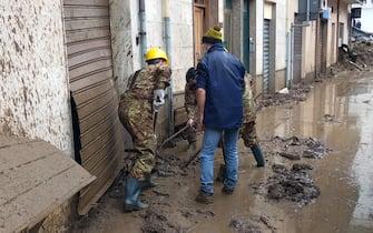 Militari brigata Sassari spalano fango