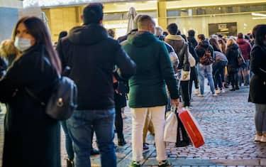 Coronavirus Covid 19 Torino in zona arancione e la gente a fare shopping formando una lunga coda alla Rinascente di via Lagrange. orino 29 noivembre 2020 ANSATINO ROMANO (6)