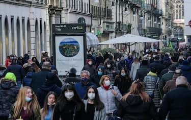 Coronavirus Covid 19: Torino in zona arancione e la gente a fare shopping nella centralissima via Garibaldi. orino 29 noivembre 2020 ANSA/TINO ROMANO