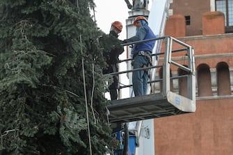 Roma allestimento dell' albero di Natale a piazza Venezia (Roma - 2020-12-01, STEFANO CAROFEI) p.s. la foto e' utilizzabile nel rispetto del contesto in cui e' stata scattata, e senza intento diffamatorio del decoro delle persone rappresentate