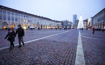Le luminarie di Natale con il tradizionale albero in piazza San Carlo. Torino, 3 dicembre 2020 ANSA/JESSICA PASQUALON