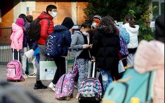 L'uscita degli studenti di scuola media dell'I.C.S. Cardarelli Massaua a Milano durante l'emergenza per il coronavirus, 30 novembre 2020. ANSA/Mourad Balti Touati