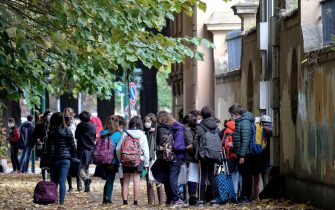 Ingresso degli studenti in una scuola durante il primo giorno del nuovo dpcm, Roma, 26 ottobre 2020. ANSA/ALESSANDRO DI MEO