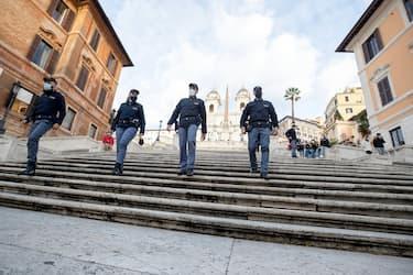 Agenti delle  forze dell'ordine, cin i volti coperti da mascherine, effettuano controlli  anti assembramenti nelle vie del centro storico durante lo shopping natalizio, Roma, 5 dicembre 2020. ANSA/MASSIMO PERCOSSI