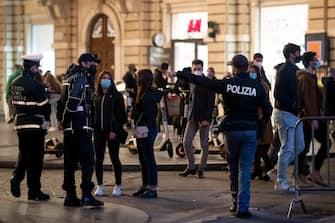 La polizia chiude in senso alternato via del Corso per evitare assembramenti, durante l'emergenza Covid-19. Roma, 5 dicembre 2020. ANSA/MASSIMO PERCOSSI