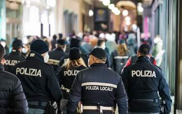 Coronavirus Covid 19 Controlli delle forze dell'ordine tra la folla dello shopping natalizio. Torino 05 dicembre 2020 ANSA/TINO ROMANO