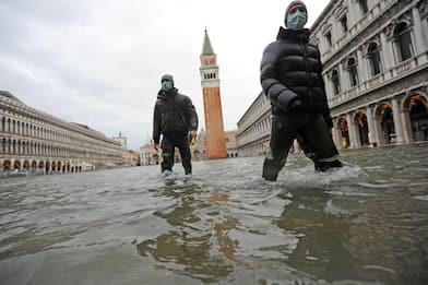 A Venezia acqua alta ma Mose in funzione solo nella notte. FOTO