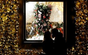 Roma - Shopping natalizio per le vie del centro durante la pandemia di Covid-19 (Roma - 2020-12-08, Vincenzo Livieri / IPA) p.s. la foto e' utilizzabile nel rispetto del contesto in cui e' stata scattata, e senza intento diffamatorio del decoro delle persone rappresentate