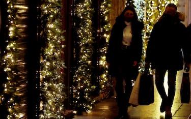 Roma - Shopping natalizio per le vie del centro durante la pandemia di Covid-19 (Roma - 2020-12-06, Vincenzo Livieri / IPA) p.s. la foto e' utilizzabile nel rispetto del contesto in cui e' stata scattata, e senza intento diffamatorio del decoro delle persone rappresentate