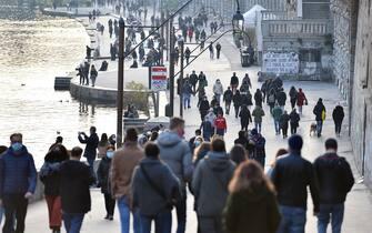 Gente per strada per la riapertura dei negozi a Torino, 29 Novembre 2020 ANSA/ALESSANDRO DI MARCO