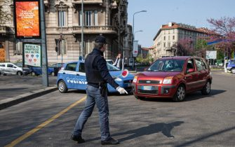 Nei giorni di fermo per virus COVID-19 la polizia di stato esegue controlli sugli spostamenti dei cittadini, 04 Aprile 2020. ANSA/Marco Ottico