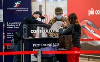 Militari dell'Esercito Italiano effettuano controlli delle autocertificazioni dei passeggeri in partenza dalla stazione Centrale nel primo giorno del nuovo lockdown, Milano, 6 novembre 2020. Ansa/Mourad Balti Touati