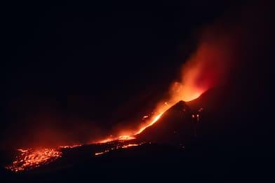 Etna, spettacolare fontana lava e due colate dal Sud-Est