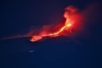 """Catania. l'Etna ha deciso di far partire la """"bocca della sella"""" del Cratere di Sud-Est: un doppio episodio di fontane di lava nella notte del 13-14 dicembre 2020. Il fianco sud-occidentale del cono del Sud-Est si è fratturato, emettendo lava che si è divisa in due rami, uno verso sud-est passando in zona Torre del Filosofo, l'altro verso sud-ovest, verso Monte Frumento Supino. (catania - 2020-12-13, Angela Platania) p.s. la foto e' utilizzabile nel rispetto del contesto in cui e' stata scattata, e senza intento diffamatorio del decoro delle persone rappresentate"""