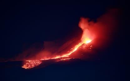 Etna in eruzione: forti boati e colata di lava nella notte. FOTO
