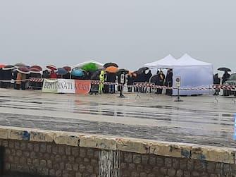 Sotto una pioggia lieve ma insistente, al Porto Nuovo di Mazara del Vallo, dove e' previsto l'arrivo dell'Antartide e del Medinea, è iniziata l'attesa dei parenti dei 18 pescatori in arrivo da Bengasi, 20 dicembre 2020. ANSA/ FRANCESCO TERRACINA