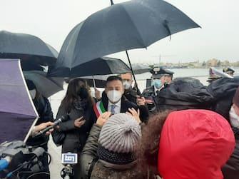 Il sindaco di Mazara del Vallo, Salvatore Quinci, rilascia dichiarazioni alla stampa mentre attende al porto l'arrivo dei 18 pescatori in arrivo da Bengasi, 20 dicembre 2020. ANSA/ FRANCESCO TERRACINA