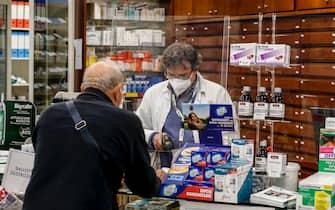 L'interno di una farmacia, Roma 19 novembre 2020. A partire da oggi la regione Lazio da il via libera alle farmacie per eseguire i test rapidi. ANSA / FABIO FRUSTACI