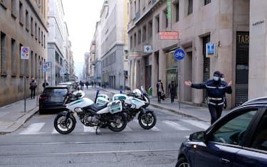 Controlli della polizia municipale nelle nuove zone pedonali per lo shopping natalizio nel centro di Torino, 19 dicembre 2020 ANSA/ ALESSANDRO DI MARCO