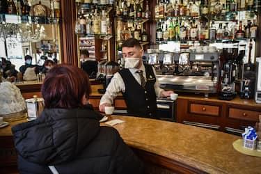 Primo giorno di riapertura servizio tavolini al bar la domenica mattina, in piazza Duomo a Milano, 13 dicembre 2020. ANSA/MATTEO CORNER