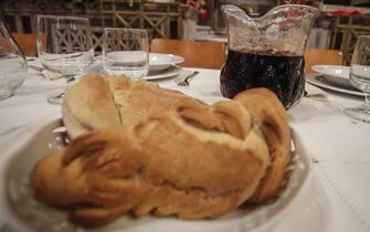 Un momento durante il pranzo di Natale per i poveri della Comuità di Sant'Egidio alla Basilica di Santa Maria in Trastevere cui ha partecipato anche la sindaca Virginia Raggi. Roma, 25 dicembre 2016. ANSA/ GIUSEPPE LAMI