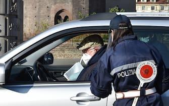 Controlli della polizia municipale per il blocco delle auto diesel fino a euro 5 in piazza Castello, Torino, 17 novembre 2020 ANSA/ ALESSANDRO DI MARCO