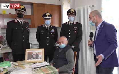 Natale, 94enne solo chiama i carabinieri per fare un brindisi. VIDEO