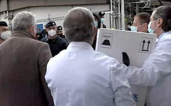 """Fermo immagine del video realizzato dal ministero della Salute sull'arrivo all'Istituto Nazionale per le Malattie Infettive ''Lazzaro Spallanzani""""  del  furgone che ha portato  ieri in Italia i primi vaccini antiCovid che saranno distribuiti a partire da domani, Roma, 26 dicembre 2020. ANSA/UFFICIO STAMPA MINISTERO DELLA SALUTE  +++ ANSA PROVIDES ACCESS TO THIS HANDOUT PHOTO TO BE USED SOLELY TO ILLUSTRATE NEWS REPORTING OR COMMENTARY ON THE FACTS OR EVENTS DEPICTED IN THIS IMAGE; NO ARCHIVING; NO LICENSING +++"""