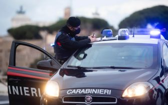 Un posto di controllo dei Carabinieri al Circo Massimo per la Zona Rossa in occasione delle festivit  natalizie. Roma, 24 dicembre 2020. ANSA/CLAUDIO PERI