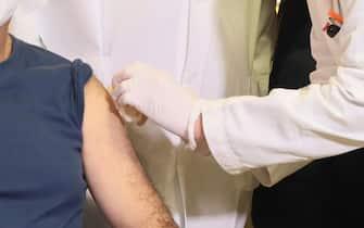 L' infermiere Francesco Cristiano è stato il primo tra il personale sanitario a cui è stato somministrato il vaccino Pfizer-Biontech contro il Covid-19 all'interno del polo vaccinale del Policlinico Universitario Mater Domini a Catanzaro, 27 dicembre 2020. ANSA/Salvatore Monteverde