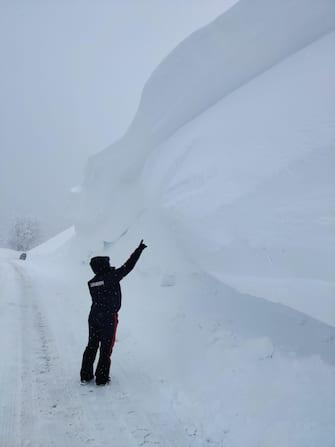 Continua a nevicare sull'Appennino emiliano-romagnolo, in particolare sul versante centro-occidentale, con accumuli notevoli di neve, 3 gennaio 2021. Soprattutto in quota, tra 1200 e 1500 metri, il servizio Meteomont dei carabinieri forestali segnala che solo nelle ultime 48 ore si è depositata neve fresca tra 50-70 centimetri. Sull'alto Appennino parmense, reggiano, modenese e bolognese il manto nevoso ha superato anche due metri di altezza. ANSA/ SERVIZIO METEOMONT CARABINIERI FORESTALI +++ ANSA PROVIDES ACCESS TO THIS HANDOUT PHOTO TO BE USED SOLELY TO ILLUSTRATE NEWS REPORTING OR COMMENTARY ON THE FACTS OR EVENTS DEPICTED IN THIS IMAGE; NO ARCHIVING; NO LICENSING +++