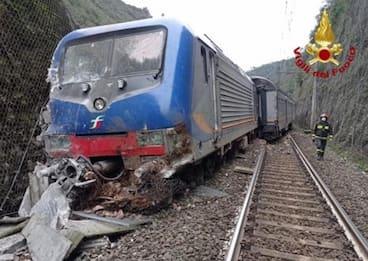 Maltempo, Umbria: un treno finisce contro una frana caduta sui binari