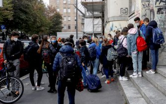 The entrance of students at the Alessandro Volta high school in Milan, Italy, 19 October 2020. ANSA/ MOURAD BALTI TOUATI