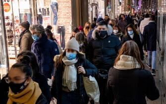 Milano, zona arancione, folla e shopping in centro per il primo sabato di saldi invernali (Milano - 2021-01-09, Massimo Alberico) p.s. la foto e' utilizzabile nel rispetto del contesto in cui e' stata scattata, e senza intento diffamatorio del decoro delle persone rappresentate