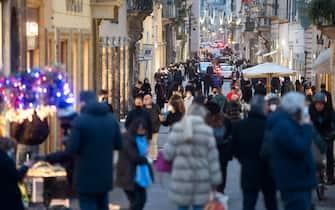 Assembramenti in via dei Condotti a Roma per lo shopping del weekend, 9 gennaio 2021. ANSA/CLAUDIO PERI
