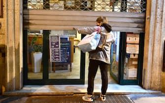 Ore 18, la chiusura di bar e ristoranti.  Da domani saranno fermi a causa della zona Arancione di rischio per il Covid-19, in cui e' stata riclassificata la Liguria dopo gli ultimi dati sui contaggi. I locali potranno rimanere aperti solo per consumazioni d'asporto Genova, 10 novembre 2020. ANSA/LUCA ZENNARO