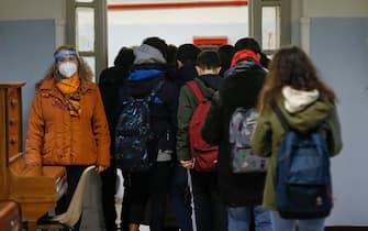 Foto Cecilia Fabiano/ LaPresse  07 gennaio 2021 Roma (Italia) Cronaca :  Riapertura delle scuole secondarie di primo grado    Nella Foto : la scuola media Manin  Photo Cecilia Fabiano/LaPresse January  07, 2021  Roma (Italy)  News:   The secondary school opening   In the Pic : the Manin secondary school