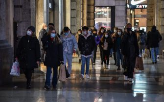The city center is crowded during the third day of Winter Sales amid the second wave of the Covid-19 Coronavirus pandemic, in Milan, Italy, 09 January 2021. Five Italian regions are set to change into an orange-zone status of moderate-to-high COVID risk after the key Rt rate of transmission crossed the crucial 1 threshold. Health Minister Roberto Speranza signed on 08 January a new ordinance putting Calabria, Emilia Romagna, Lombardy, Sicily and Veneto into an orange zone. ANSA/ MATTEO CORNER