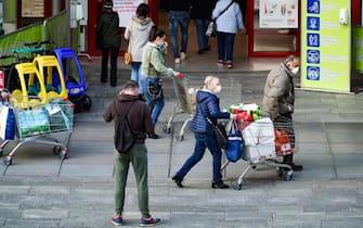Code ai supermercati, carrelli pieni di spesa in vista dell'entrata in vigore del nuovo Dpcm con cui il Piemonte diventa zona rossa. Nelle foto: Ipercoop di Parco Dora. Torino, 5 novembre 2020 ANSA/JESSICA PASQUALON
