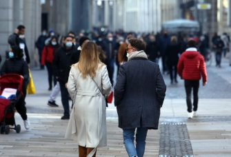 People, wearing protective face masks, walk in Milan's downtown in the time of Covid-19 pandemic, Italy, 31 January 2021.  ANSA/MATTEO BAZZI