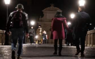 Persone a passeggio su ponte Sisto nel quartiere Trastevere luogo di movida. Roma, 9 gennaio 2021. ANSA/CLAUDIO PERI