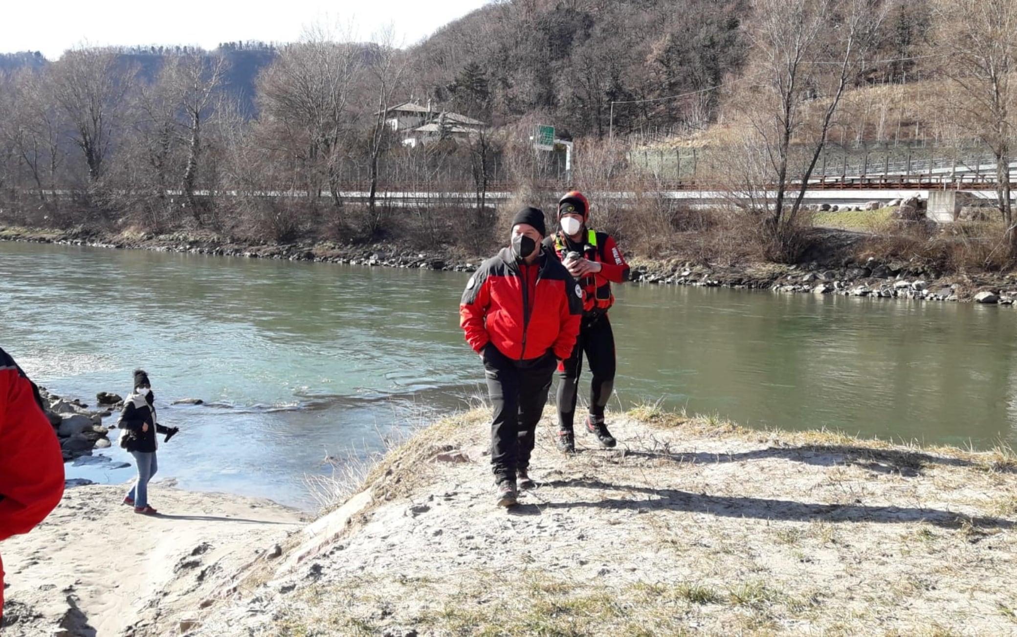 E' iniziata la maxi battuta di ricerca sull'Adige per trovare la salma di Peter Neumair. Il fiume è stato nuovamente abbassato e sul posto si trovano centinaia di centinaia di persone lungo le rive, come anche sette unità cinofile della polizia tedesca specializzate nella ricerca in acqua. ANSA/US VIGILI DEL FUOCO +++ NO SALES, EDITORIAL USE ONLY ++