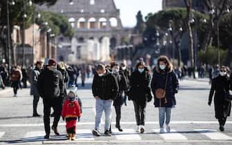 Alcune persone camminano a via Fori Imperiali. Roma, 14 febbraio 2021ANSA/MASSIMO PERCOSSI