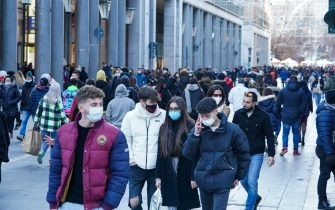Molta gente con la mascherina passeggia per il centro. Torino 14 febbraio 2021 ANSA/TINO ROMANO